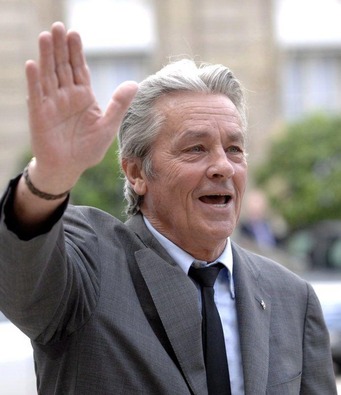 Párizs, 2019. április 17. Alain Delon francia színész az újságíróknak integet a párizsi elnöki rezidenciáról, az Élysée-palotából távozóban 2008. július 3-án. 2019. április 17-én bejelentették, hogy Delon kapja a 72. Cannes-i Nemzetközi Filmfesztivál életmûdíját. MTI/EPA/Yoan Valat