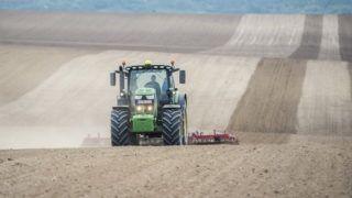 Bonyhád, 2019. április 23. Ritz József fiatal gazdálkodó elõkészíti földjét a vetéshez egy traktorral Bonyhád közelében 2019. április 23-án. MTI/Sóki Tamás