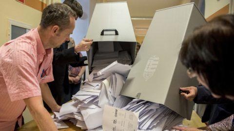 Pécs, 2019. május 26. A szavazatszámláló bizottság tagjai kiürítik az urnát, mielõtt megkezdik a szavazatok számlálását a szavazóhelyiség bezárása után a pécsi, Kossuth téri polgármesteri hivatalban kialakított szavazóhelyiségben, az EP-választás napján, 2019. május 26-án. MTI/Sóki Tamás
