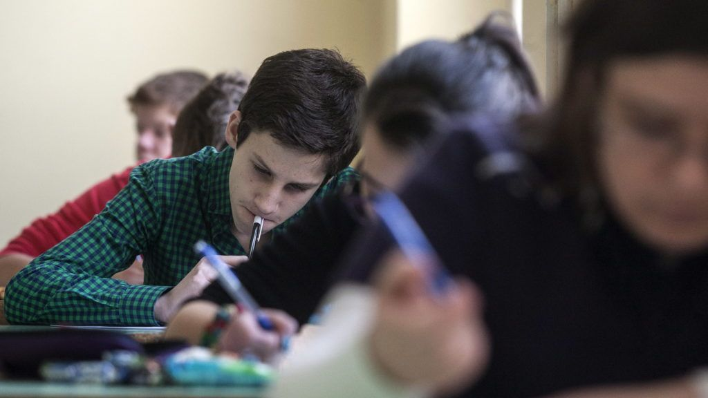 Budapest, 2013. január 19. A fõvárosi Budai Középiskola négyosztályos gimnáziumi évfolyamaira jelentkezõ diákok töltik ki az egységes írásbeli felvételi vizsga feladatlapjait 2013. január 19-én. Január 18-án megkezdõdtek a középfokú beiskolázás központi írásbeli vizsgái. Országosan a 9. évfolyamra 59 300-an, a hat évfolyamos gimnáziumokba csaknem 6000-en, a nyolc évfolyamos gimnáziumokba pedig mintegy 4600-an jelentkeztek. MTI Fotó: Szigetváry Zsolt
