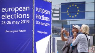 Brüsszel, 2019. május 23. Turisták egy épülõ színpad elõtt az európai parlamenti (EP) választás idején, 2019. május 23-án Brüsszel uniós kormányzati negyedében. Az Európai Unió tagországaiban május 23. és 26. között választják meg az EU törvényhozásának képviselõit. MTI/EPA/Olivier Hoslet