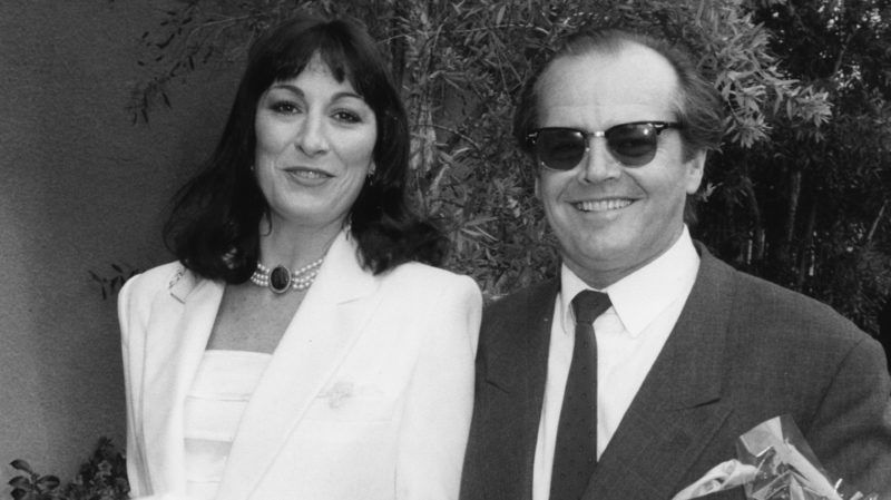 Actors Anjelica Huston and Jack Nicholson holding gifts as they arrive at a luncheon held in honor of Prince Andrew and Sarah Ferguson, at Le Bel Age in Los Angeles, March 1st 1988. (Photo by Kevin Winter/Getty Images)
