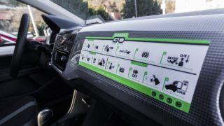 Budapest, 2016. december 29. A közösségi autómegosztó szolgáltatás, a GreenGo egyik autójának mûszerfala Budapesten 2016. december 29-én. A kizárólag elektromos meghajtású autókkal a fõvárosban indult, GPS-alapú szolgáltatás regisztráció után vehetõ igénybe. A felhasználók az okostelefonjukra telepített applikációval találhatnak leparkolt, szabad autót a közelükben. A jármû lefoglalása után gyalog kell elmenniük az autóhoz, amely csak egy PIN-kóddal indítható el. Az úti cél elérése után az autót a közlekedési szabályok betartásával bárhol le lehet állítani és ott lehet hagyni a szolgáltatási területen belül. A gépkocsikat a vállalat szakemberei töltik a városszerte ingyenesen igénybe vehetõ elektromos töltõállomásoknál. Az autók takarítását, szervizelését a gépkocsik márkaszervizében végzik. A szolgáltatás Budapesten jelenleg 70 autót kínál a bérlõknek. MTI Fotó: Szigetváry Zsolt