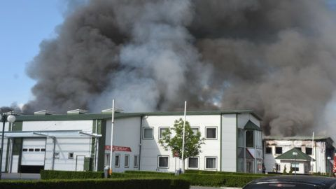 Jászladány, 2019. május 25. Füstben a jászladányi gumi- és mûanyaggyártó üzem, ahol kigyulladt egy 1800 négyzetméteres üzemcsarnok 2019. május 25-én. MTI/Mészáros János