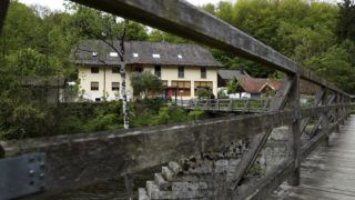 Passau, 2019. május 13. Vendégház az Ilz folyó partján, a bajorországi Passauban 2019. május 13-án. A házban három, nyílpuskával lelõtt ember, két nõ, és egy férfi holttestét találták meg, a rendõrség egyelõre csak annyit közölt, hogy az áldozatok német állampolgárok. MTI/AP/Matthias Schrader