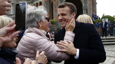 Le Touquet, 2019. május 26.Emmanuel Macron francia elnök egyik támogatójával, miután szavazott az európai parlamenti választásokon az észak-franciaországi Le Touquet-ban 2019. május 26-án.MTI/AP/Kamil Zihnioglu