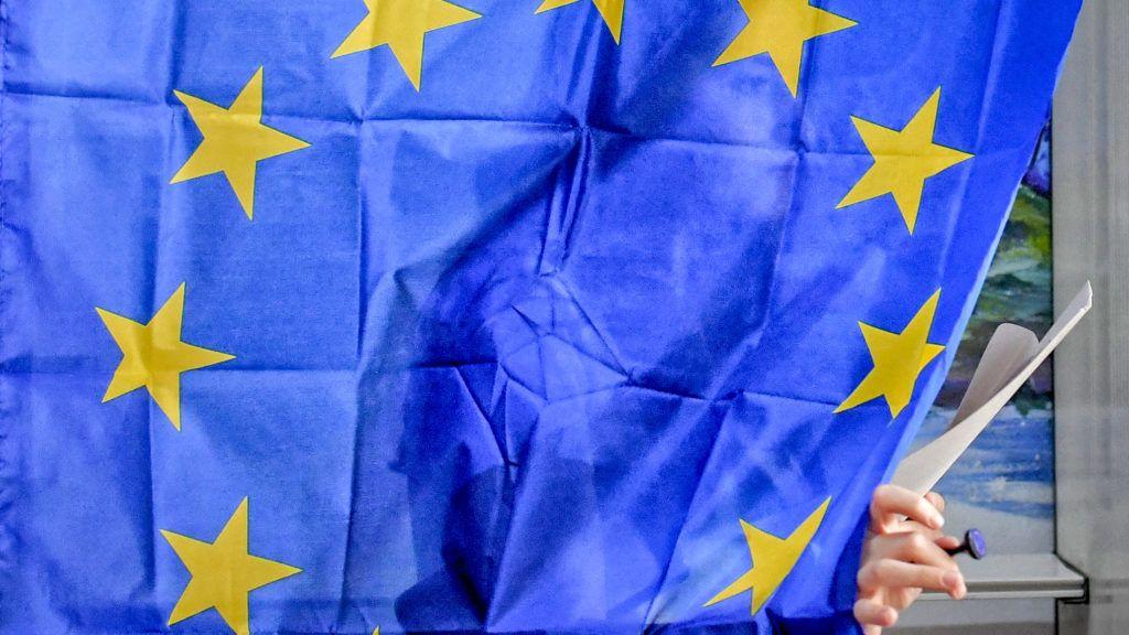 Bukarest, 2019. május 26.Szavazó az európai parlamenti választásokon Baleniben 2019. május 26-án.MTI/AP/Andreea Alexandru