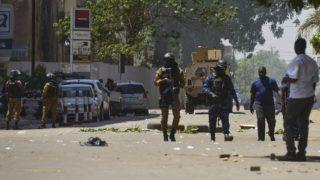 Ouagadougou, 2018. március 3. A biztonsági szolgálat tagjai Burkina Faso fõvárosában, Ouagadougouban 2018. március 2-án, miután feltehetõen dzsihadista terroristák a fõváros központjában megtámadták a nyugat-afrikai ország hadseregének fõparancsnokságát, továbbá a francia nagykövetséget és a Francia Intézetet. A támadásokban legkevesebb 28 ember életét vesztette. (MTI/EPA)