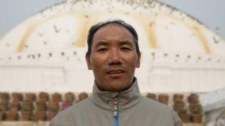 Katmandu, 2018. március 26. Kami Rita 48 éves nepáli serpa hegyi vezetõ áll a Baudhanáth sztúpa elõtt Katmanduban 2018. március 26-án. Kami Rita 21 alkalommal mászta meg sikeresen a Csomolungma, azaz a Mount Everest 8848 méter magas csúcsát. Április elsején 22. alkalommal vág neki a csúcs meghódításának, hogy megdöntse az Appa nevû nepáli serpa hegyi vezetõ világrekordját. A serpa népcsoport a Himalája északkeleti részén él a magas völgyekben. Sokan közülük a Himalája-expedíciók hegyi vezetõiként tevékenykednek. (MTI/EPA/Narendra Sreszta)