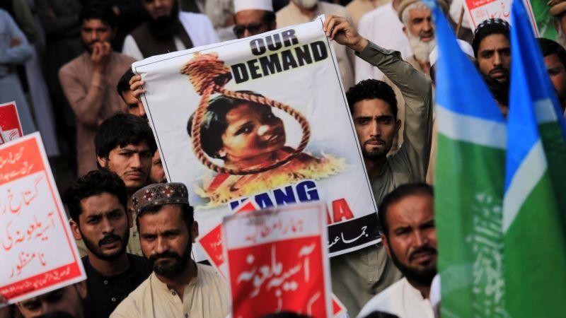 Pesavar, 2018. november 3. A Dzsamiat Ulema-i-Iszlám muzulmán vallási párt támogatói Ászija Bibi kivégzését követelik egy pesavari tüntetésen 2018. november 2-án, két nappal azután, hogy a pakisztáni legfelsõbb bíróság felmentette az istenkáromlásért halálra ítélt nõt. Ászija Bibit 2010 novemberében ítélték halálra Pandzsáb tartományban, mert a négy gyereket nevelõ keresztény nõt muszlim kolléganõi azzal vádolták meg egy vallási vezetõ elõtt, hogy tiszteletlenül beszélt Mohamed prófétáról. MTI/EPA/Bilaual Arbab