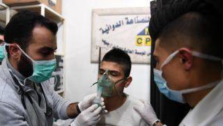 Aleppó, 2018. november 25. A SANA szíriai állami hírügynökség által közreadott felvételen fulladásos tünetekkel kórházba szállított fiatalt látnak el az észak-szíriai Aleppó Razi kórházában 2018. november 24-én, miután mérgesgáztámadás érte a várost. Legkevesebb 107 ember szorul orvosi ellátásra. A SANA szerint a vegyi fegyverrel töltött rakétákat ellenzéki fegyveres csoportok lõtték ki a városra, szíriai felkelõk ugyanakkor kitalációnak nevezték a gyanúsítást. MTI/EPA/SANA