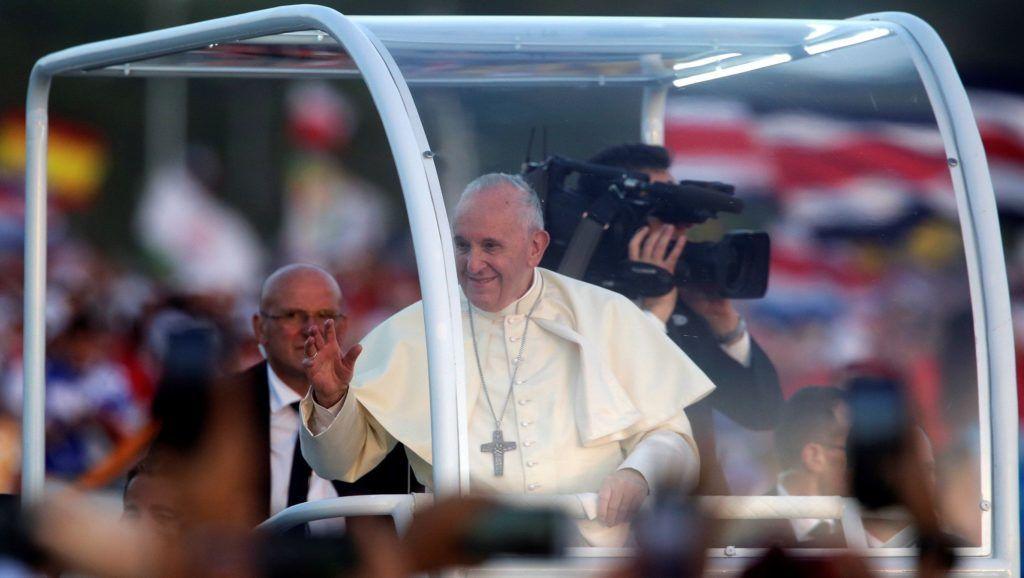 Panamaváros, 2019. január 27. Ferenc pápa pápamobiljából köszönti a zarándokokat az ifjúsági világtalálkozók hagyományához tartozó virrasztás kezdete elõtt Panamavárosban 2019. január 26-án. MTI/EPA/Rodrigo Sura