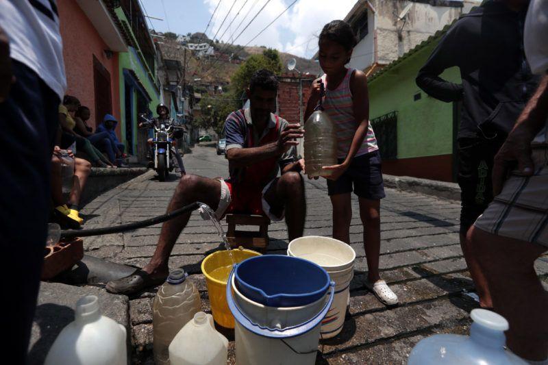Caracas, 2019. március 27. Fali kútból vesznek vizet fõvárosiak egy újabb áramkimaradás okozta lakossági vezetékesvíz-szolgáltatás szünetelése miatt Caracasban 2019. március 27-én. MTI/EPA/EFE/Rayner Pena