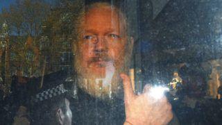 London, 2019. április 11. Julian Assange ausztrál oknyomozó újságíró érkezik a londoni Westminster bíróságra 2019. április 11-én. Lenín Moreno ecuadori elnök ezen a napon visszavonta Assange ecuadori menedékjogát. A diplomáciai lépés nyomán ezután a Scotland Yard õrizetbe vette a WikiLeaks kiszivárogtató portál 47 éves alapítóját Ecuador londoni nagykövetségén, ahol Assange hét évig tartózkodott. MTI/EPA