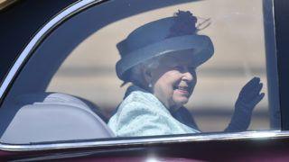 Windsor, 2019. április 21. II. Erzsébet brit uralkodó egy autóban ülve távozik a húsvétvasárnapi istentiszteletrõl a windsori kastély Szent György-kápolnájából 2019. április 21-én. II. Erzsébet ezen a napon ünnepli a 93. születésnapját. MTI/EPA/Neil Hall
