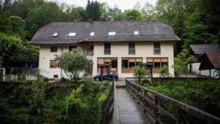 Passau, 2019. május 13. Vendégház az Ilz folyó partján, a bajorországi Passauban 2019. május 13-án. A házban három, nyílpuskával lelõtt ember, két nõ, és egy férfi holttestét találták meg, a rendõrség egyelõre csak annyit közölt, hogy az áldozatok német állampolgárok. MTI/EPA/Sebastian Pieknik