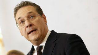 Bécs, 2019. május 18. Heinz-Christian Strache osztrák alkancellár, a kormánykoalícióban részt vevõ Osztrák Szabadságpárt (FPÖ) elnöke sajtóértekezletet tart a közszolgálati és sportminisztérium bécsi épületében 2019. május 18-án. Strache az elõzõ estén kirobbant korrupciós botrány miatt bejelentette, hogy lemond az alkancellári és a pártelnöki tisztségrõl. A 49 éves politikus Norbert Hofer közlekedési, innovációs és technológiai minisztert javasolta az alkancellári posztra. MTI/EPA/Florian Wieser