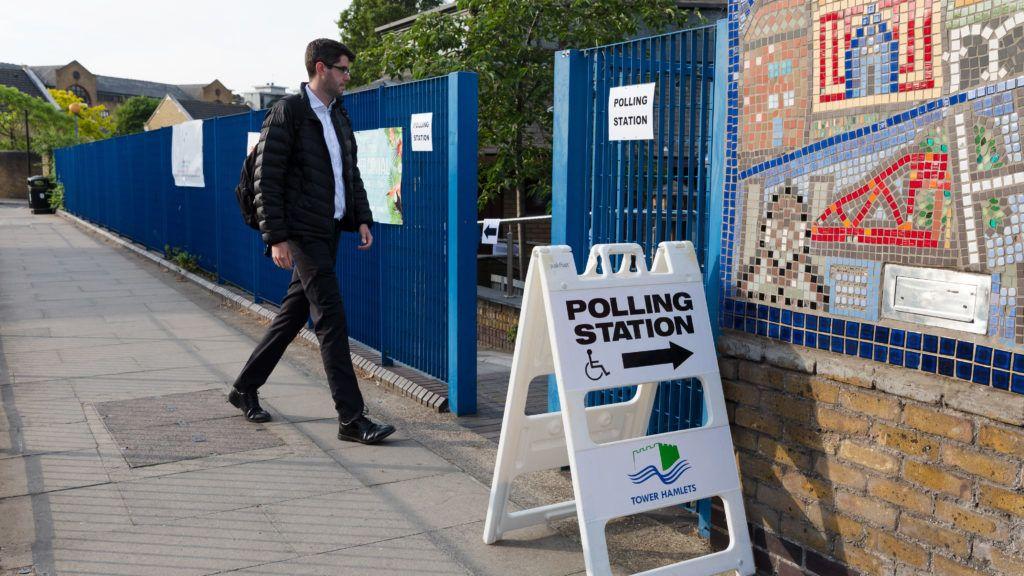 London, 2019. május 23. A szavazóhelyiség felé tart egy férfi az európai parlamenti (EP) választáson Londonban 2019. május 23-án. Az Európai Unió tagországaiban május 23. és 26. között választják meg az EU törvényhozásának képviselõit. MTI/EPA/Vickie Flores
