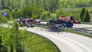 Vecsés, 2019. május 10. Tûzoltók dolgoznak egy veszélyes anyagot szállító, felborult kamion mentésén az M0-s autóúton Vecsésnél 2019. május 10-én. A katasztrófavédelmi mobil labor mérései alapján az anyag nem jelent veszélyt sem az ott lakókra, sem az arra közlekedõkre, sem pedig a mentesítésben résztvevõkre. A balesetben nem sérült meg senki. MTI/Lakatos Péter
