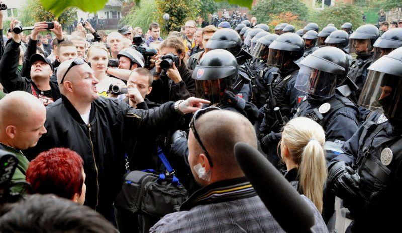 Krasznahorkaváralja, 2012. szeptember 29. 2012. szeptember 29-én készült kép egy férfiról, aki a kivezényelt rohamrendõrökhöz beszél a szlovákiai Krasznahorkaváralján, ahol Marian Kotleba, a Mi Szlovákiánk Néppárt elnöke meghirdette a részben a tulajdonába került telken álló illegális roma építmények eltávolítását.  (MTI/TASR/Ivan Frantisek)