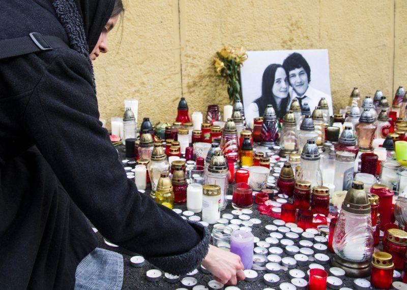 Pozsony, 2018. február 27. A meggyilkolt Ján Kuciak szlovák tényfeltáró újságíró és élettársa, Martina fényképe elõtt mécsest gyújt egy nõ Pozsonyban 2018. február 27-én. Az újságíró és párja holttestét február 25-én találták meg nagymácsédi otthonukban. A rendõrség szerint a bûntényt feltehetõleg Kuciak tevékenységével összefüggésben követték el. (MTI/TASR/Jakub Kotian)