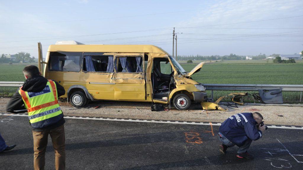 Cegléd, 2019. május 10. Rendõrségi helyszínelés a 4-es számú fõúton, Cegléd közelében, ahol kamion és egy román rendszámú kisbusz ütközött 2019. május 10-én. A balesetben egy ember életét vesztette. MTI/Mihádák Zoltán