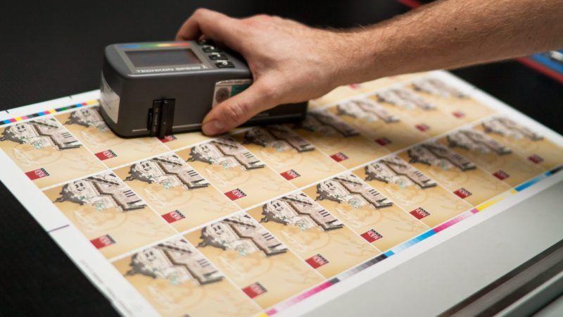 Budapest, 2012. január 27. Egy dolgozó egy nyomat színeit ellenõrzi a Magyar Kereskedelmi Bank (MKB) által kibocsájtandó Széchenyi Pihenõkártyák (SZÉP-kártya) gyártása közben a Pénzjegynyomdában. MTI Fotó: Pénzjegynyomda