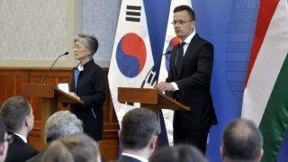Budapest, 2019. május 31. Szijjártó Péter külgazdasági és külügyminiszter (j) és Kang Kjung Vha dél-koreai külügyminiszter sajtótájékoztatót tart megbeszélésük után a Külgazdasági és Külügyminisztériumban 2019. május 31-én. A két miniszter ezen a napon megtekintette a május 29-én éjszaka hajóbalesetben elsüllyedt Hableány turistahajó mentési munkálatait a Margit hídnál. A Hableány turistahajó és a Viking Sigyn szállodahajó összeütközött a Margit híd közelében, majd a turistahajó felborult és elsüllyedt fedélzetén 33 dél-koreai turistával és a kéttagú magyar személyzettel. A balesetben heten meghaltak, hét embert kimentettek, 21-en eltûntek. MTI/Kovács Attila