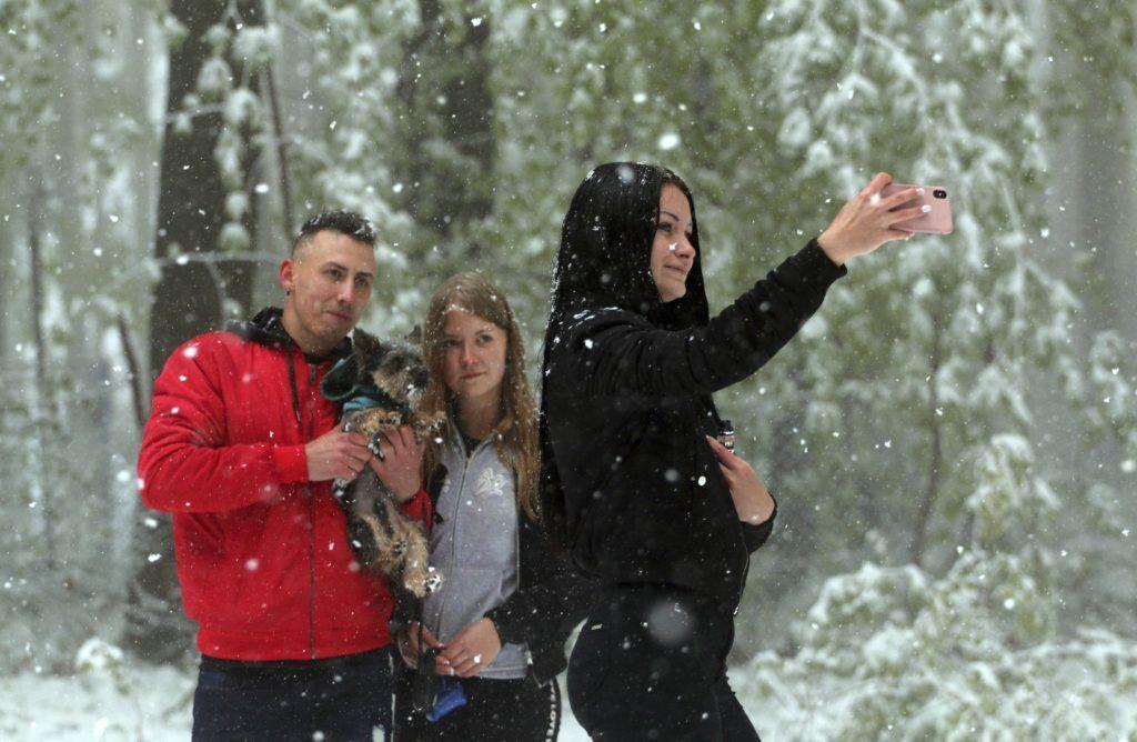 Bánkút, 2019. május 6. Fiatalok fényképezkednek a havazásban Bánkúton 2019. május 6-án. MTI/Vajda János
