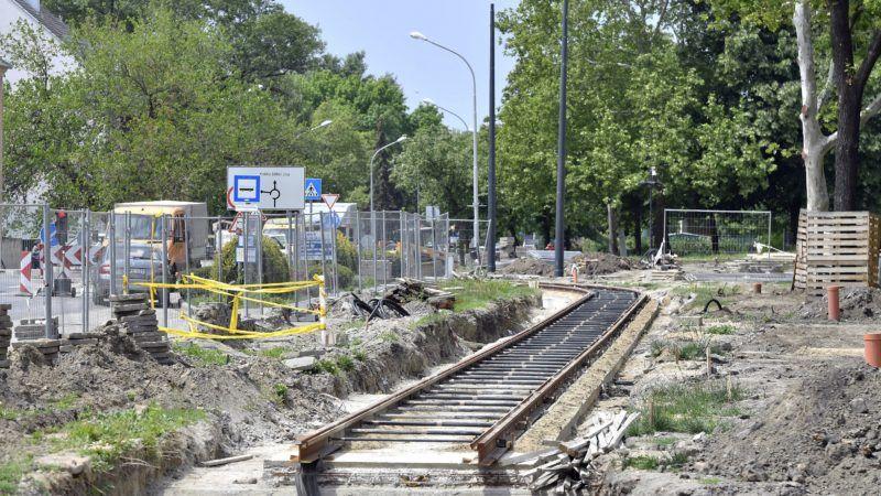 Hódmezõvásárhely, 2019. május 14. A Szeged és Hódmezõvásárhely között épülõ tram-train villamosvasút-vonal hódmezõvásárhelyi szakasza 2019. május 13-án. A kiépülõ villamosvonal és a meglévõ vasútvonal összekapcsolásával gyorsabb és kényelmesebb lesz a közösségi közlekedés, ezzel Szeged és Hódmezõvásárhely központja között gyors és átszállásmentes kapcsolat jön létre. A projekthez olyan szerelvényekre van szükség, amelyek a városi villamoshálózaton és a vasútvonalon is egyaránt biztonságosan közlekednek. MTI/Máthé Zoltán