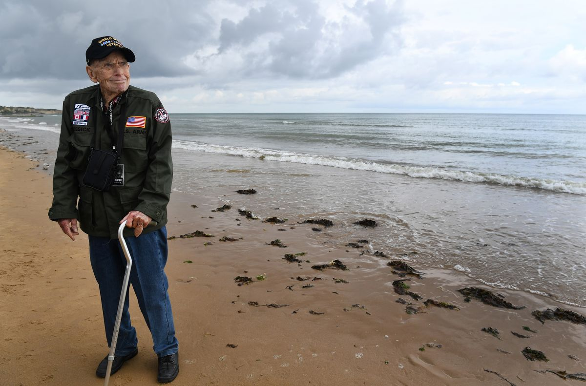 US WWII veteran Loren Kissick from Puyallup, Washington, stands Omaha Beach in Saint-Laurent-sur-Mer, Normandy, north-western France, on June 5, 2019, as part of D-Day commemorations marking the 75th anniversary of the World War II Allied landings in Normandy. (Photo by Fred TANNEAU / AFP)
