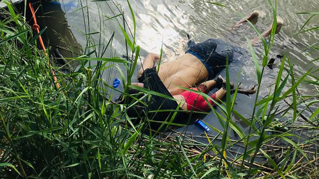 View of the bodies of Salvadoran migrant Oscar Martinez Ramirez and his daughter, who drowned while trying to cross the Rio Grande in Matamoros, state of Coahuila on June 24, 2019. (Photo by STR / AFP)
