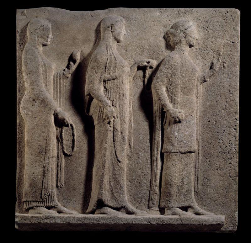 Art grec : plaque des passage des Theores : face representant  les graces. Bas relief de marbre provenant de l'ile de Thasos en Grece. 480 avant JC. Paris, musee du Louvre