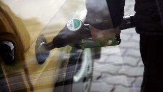 Image: 72947508, Emelkednek a benzinárak. A MOL bruttó 5 forinttal emelte a benzin és a gázolaj nagykereskedelmi listaárát 2011. március 9-én - szerdán - 0 órától. Az olajcég lépését ezúttal is a tõzsdei üzemanyag jegyzésárak múlt heti emelkedése teszi indokolttá, melynek hatására a hazai árak újabb rekordmagasságba emelkedtek., Place: Budapest, Hungary, License: Rights managed, Model Release: No or not aplicable, Property Release: Yes, Credit: smagpictures.com