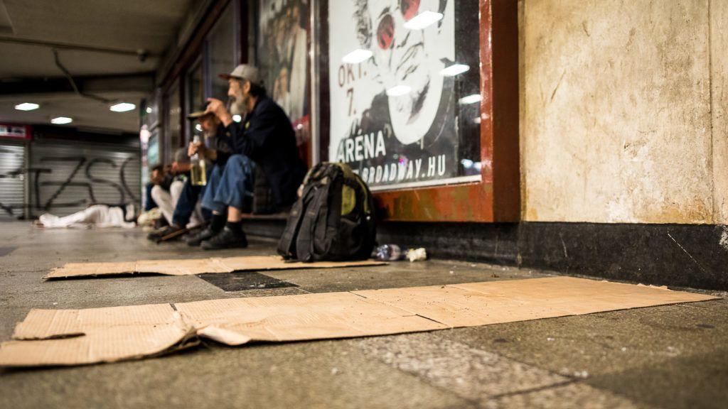 Image: 73889139, A városban, ahol járunk, a hét meg a nyolc határán, a térdeink vonalától lefelé is van emberi élet – ha ez egyáltalán emberinek és életnek nevezhetõ. A hajléktalanok világa rétegzõdik, és a legalja a Blaha. Ott voltunk hajnaltól éjszakáig., Place: Budapest, Hungary, Model Release: No or not aplicable, Property Release: Yes, Credit: smagpictures.com