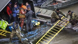 Image: 73898862, Búvárok felderítik az elsüllyedt turista hajót. 2019.05.29.-én este két hajó ütközött össze a Dunán a Margit hídnál, az egyik, a Hableány felborult és elsüllyedt. A mentés megkezdõdött, jelenleg 22 eltûnt személyt keresnek., Place: Budapest, Hungary, Model Release: No or not aplicable, Property Release: Yes, Credit: smagpictures.com