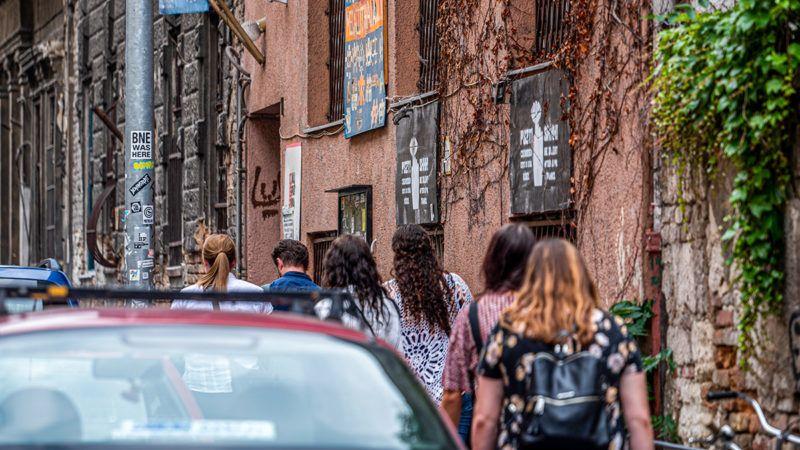 Image: 73901055, Az AurÛra kˆzˆssÈgi tÈr egy ˆnkorm·nyzÛ kult˙rkˆzˆssÈgi kˆzpont a Kisfaludy-fÈle egykori folyÛiratrÛl elnevezett utc·ban, Budapesten, a II. J·nos P·l p·pa tÈr kˆzvetlen kˆzelÈben, az AurÛra utc·ban., Place: Budapest, Hungary, Model Release: No or not aplicable, Property Release: Yes, Credit: smagpictures.com