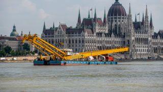 Image: 73901174, A Clark Ádám nevû daruhajó érkezése a Hableány nevû elsüllyedt hajó balesetnének helyszínén, a Margit hídnál, 2019.06.07.-én., Place: Budapest, Hungary, Model Release: No or not aplicable, Property Release: Yes, Credit: smagpictures.com