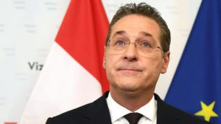 """Austria's Vice-Chancellor and chairman of the Freedom Party FPOe Heinz-Christian Strache gives a press conference in Vienna on May 18, 2019 after the publication of the """"Ibiza - Video"""" regarding Strache. - Austria's Vice-Chancellor and chairman of the Freedom Party FPOe Heinz-Christian Strache resigns over video scandal. (Photo by HANS PUNZ / APA / AFP) / Austria OUT"""