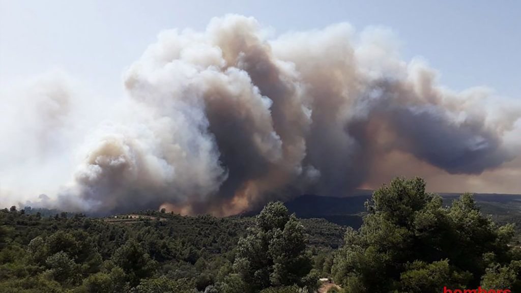 """This handout picture released on June 26, 2019 by the firefighters of Catalonia, Bombers Generalitat Catalunya, shows a wildfire at Torre de l´Espanyol in Ribera d´Ebro,  on the banks of the river Ebre, northeastern Spain. - Authorities raised alerts as Europe's record-breaking June heatwave threatened to intensify with temperatures heading into the 40s Celsius. The choking heat has prompted traffic restrictions, sparked forest fires and fanned debate over public nudity as sweltering Germans stripped off. (Photo by Handout / Bombers Generalitat Catalunya / AFP) / RESTRICTED TO EDITORIAL USE - MANDATORY CREDIT """"AFP PHOTO / HANDOUT / BOMBERS GENERALITAT CATALUNYA"""" - NO MARKETING NO ADVERTISING CAMPAIGNS - DISTRIBUTED AS A SERVICE TO CLIENTS"""