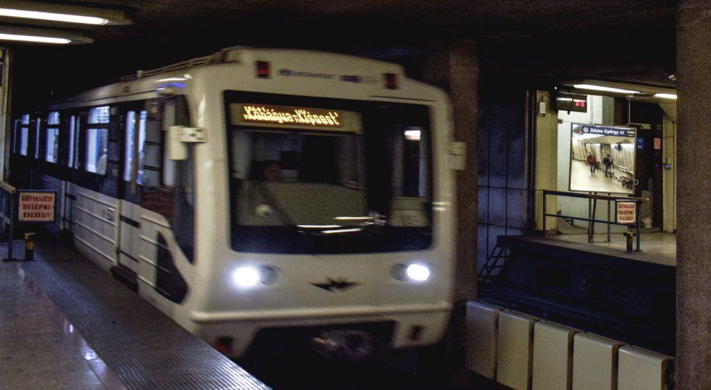 Budapest, 2017. szeptember 23. Egy felújított metrószerelvény érkezik az M3-as metróvonal Dózsa György úti állomására. MTVA/Bizományosi: Róka László  *************************** Kedves Felhasználó! Ez a fotó nem a Duna Médiaszolgáltató Zrt./MTI által készített és kiadott fényképfelvétel, így harmadik személy által támasztott bárminemû – különösen szerzõi jogi, szomszédos jogi és személyiségi jogi – igényért a fotó készítõje közvetlenül maga áll helyt, az MTVA felelõssége e körben kizárt.
