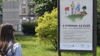 Budapest, 2019. május 19. A kormány babaváró támogatását hirdetõ plakátja a Zugló vasútállomás közelében. MTVA/Bizományosi: Róka László  *************************** Kedves Felhasználó! Ez a fotó nem a Duna Médiaszolgáltató Zrt./MTI által készített és kiadott fényképfelvétel, így harmadik személy által támasztott bárminemû – különösen szerzõi jogi, szomszédos jogi és személyiségi jogi – igényért a fotó szerzõje/jogutódja közvetlenül maga áll helyt, az MTVA felelõssége e körben kizárt.