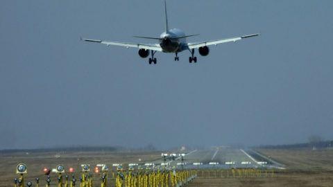 a69f86cf7c81 Budapest, 2015. március 17. Repülőgép érkezik a Budapest Liszt Ferenc  Nemzetközi Repülőtér ferihegyi