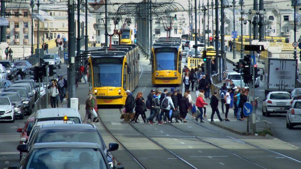 Budapest, 2018. szeptember 25. Délutáni csúcsforgalom a Margit híd budai hídfõjénél. Gyalogosok haladnak át zebrán a Combino villamosok megállójánál. A gépjármûvek útsávjai is telítettek. MTVA/Bizományosi: Jászai Csaba  *************************** Kedves Felhasználó! Ez a fotó nem a Duna Médiaszolgáltató Zrt./MTI által készített és kiadott fényképfelvétel, így harmadik személy által támasztott bárminemû – különösen szerzõi jogi, szomszédos jogi és személyiségi jogi – igényért a fotó készítõje közvetlenül maga áll helyt, az MTVA felelõssége e körben kizárt.