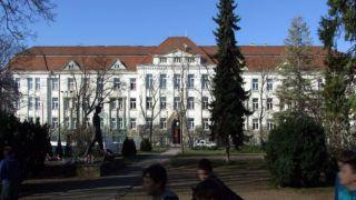 Gyõr, 2019. március 21. A Kazinczy Ferenc Gimnázium épülete az Eötvös téren. 110 éve áll a középfokú  oktatás szolgálatában. MTVA/Bizományosi: Jászai Csaba  *************************** Kedves Felhasználó! Ez a fotó nem a Duna Médiaszolgáltató Zrt./MTI által készített és kiadott fényképfelvétel, így harmadik személy által támasztott bárminemû – különösen szerzõi jogi, szomszédos jogi és személyiségi jogi – igényért a fotó készítõje közvetlenül maga áll helyt, az MTVA felelõssége e körben kizárt.