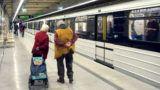 Budapest, 2019. április 3. Nyugdíjas házaspár bevásárlás elõtt lesétált a 3-as metró Gyöngyösi utcai állomására, hogy megtekintse annak felújítás utáni látványát. MTVA/Bizományosi: Jászai Csaba  *************************** Kedves Felhasználó! Ez a fotó nem a Duna Médiaszolgáltató Zrt./MTI által készített és kiadott fényképfelvétel, így harmadik személy által támasztott bárminemû – különösen szerzõi jogi, szomszédos jogi és személyiségi jogi – igényért a fotó készítõje közvetlenül maga áll helyt, az MTVA felelõssége e körben kizárt.