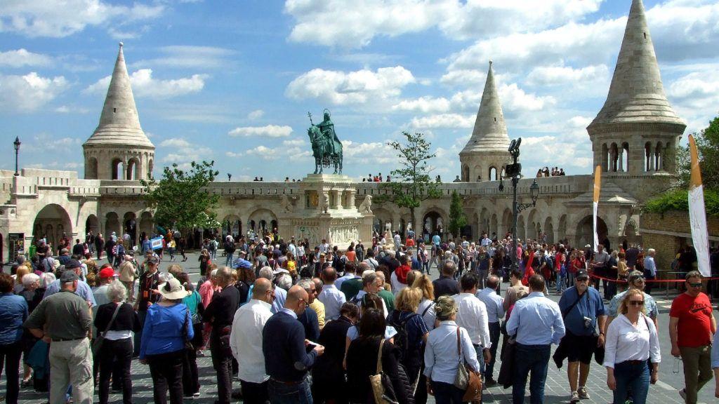 Budapest, 2019. május 19. Városnézésre érkezett külföldi turisták népes csoportjai a Budai Vár Szentháromság terén, Szent István király lovasszobránál és a Halászbástya épületénél. MTVA/Bizományosi: Jászai Csaba  *************************** Kedves Felhasználó! Ez a fotó nem a Duna Médiaszolgáltató Zrt./MTI által készített és kiadott fényképfelvétel, így harmadik személy által támasztott bárminemû – különösen szerzõi jogi, szomszédos jogi és személyiségi jogi – igényért a fotó szerzõje/jogutódja közvetlenül maga áll helyt, az MTVA felelõssége e körben kizárt.