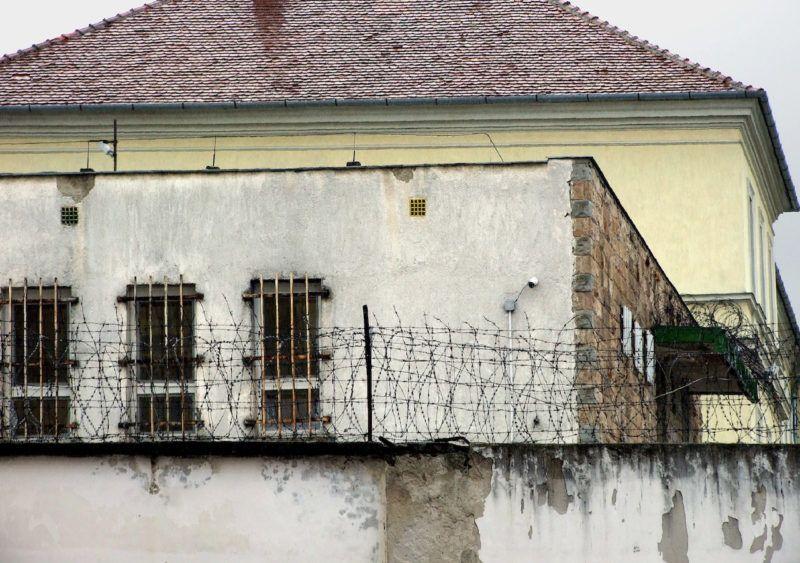 Márianosztra, 2019. május 20. A Márianosztrai Fegyház és Börtön két régi épülete a szögesdróttal magasított kerítésfal mögött, ahol több száz politikai elitélt, köztük Mindszenty József bíboros-hercegprímás is raboskodott a Rákosi-korszakban. MTVA/Bizományosi: Jászai Csaba  *************************** Kedves Felhasználó! Ez a fotó nem a Duna Médiaszolgáltató Zrt./MTI által készített és kiadott fényképfelvétel, így harmadik személy által támasztott bárminemű – különösen szerzői jogi, szomszédos jogi és személyiségi jogi – igényért a fotó szerzője/jogutódja közvetlenül maga áll helyt, az MTVA felelőssége e körben kizárt.