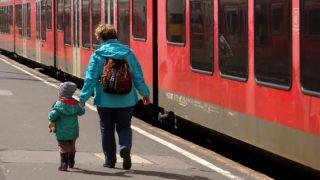 Budapest, 2019. május 22. A MÁV Start Zrt. Gyõrbe induló Stadler Flirt típusú hosszú vonat-szerelvényébe készül beszállni egy édesanya a kislányával a fõváros Déli pályaudvarán.  MTVA/Bizományosi: Jászai Csaba  *************************** Kedves Felhasználó! Ez a fotó nem a Duna Médiaszolgáltató Zrt./MTI által készített és kiadott fényképfelvétel, így harmadik személy által támasztott bárminemû – különösen szerzõi jogi, szomszédos jogi és személyiségi jogi – igényért a fotó szerzõje/jogutódja közvetlenül maga áll helyt, az MTVA felelõssége e körben kizárt.
