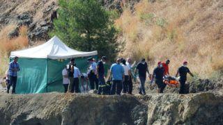 Nicosia, 2019. június 12. Rendõrök hordágyon viszik egy két éven át garázdálkodó 35 éves ciprusi sorozatgyilkos utolsó, egyben legfiatalabb áldozatát egy Nicosiához közeli bányatóban 2019. június 12-én. A hatéves Sierra Grace lepedõbe bugyolált és kötéllel egy betontömbhöz erõsített holttestét 6 méteres mélységbõl, egy nádas aljáról emelték ki a Memi-tóból, egy hajdani rézbánya területén. A lány pontos helyét maga a gyilkos mutatta meg a rendõröknek. MTI/EPA/Katia Hrisztodulu